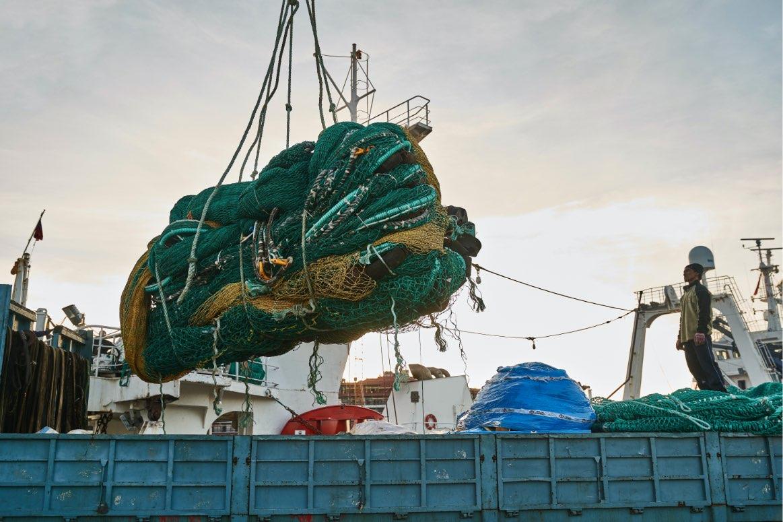 Una grua carga un aparejo de pesca
